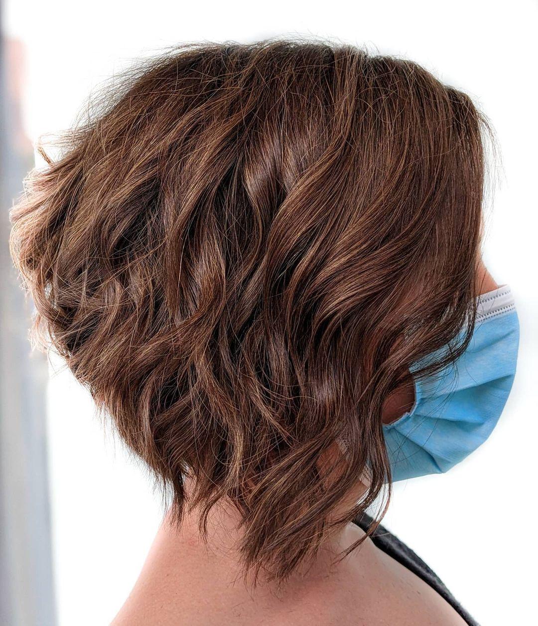 Corte texturizado marrón moca para cabello grueso