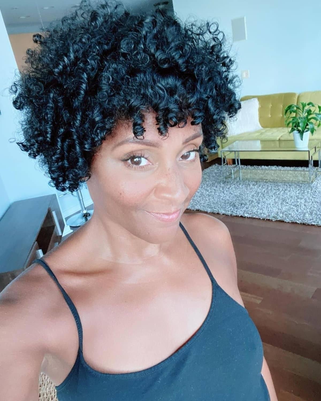 Afro natural para mujeres mayores de 50 años con cabello rizado