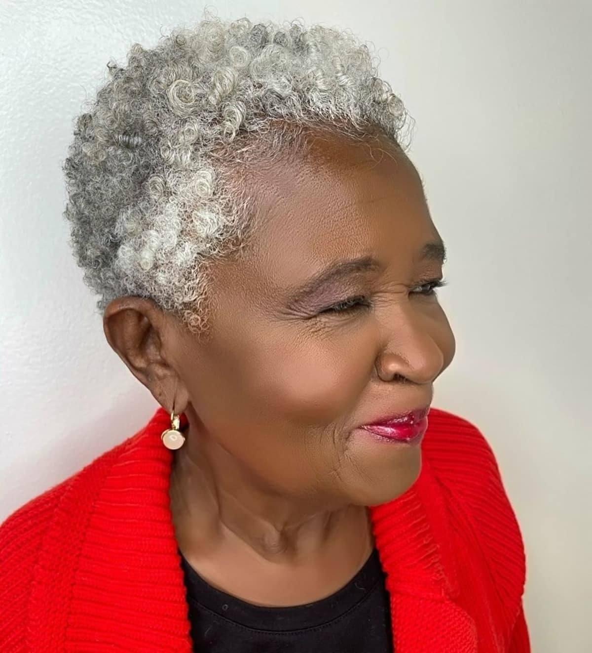 Peinado twa natural para mujeres negras mayores.