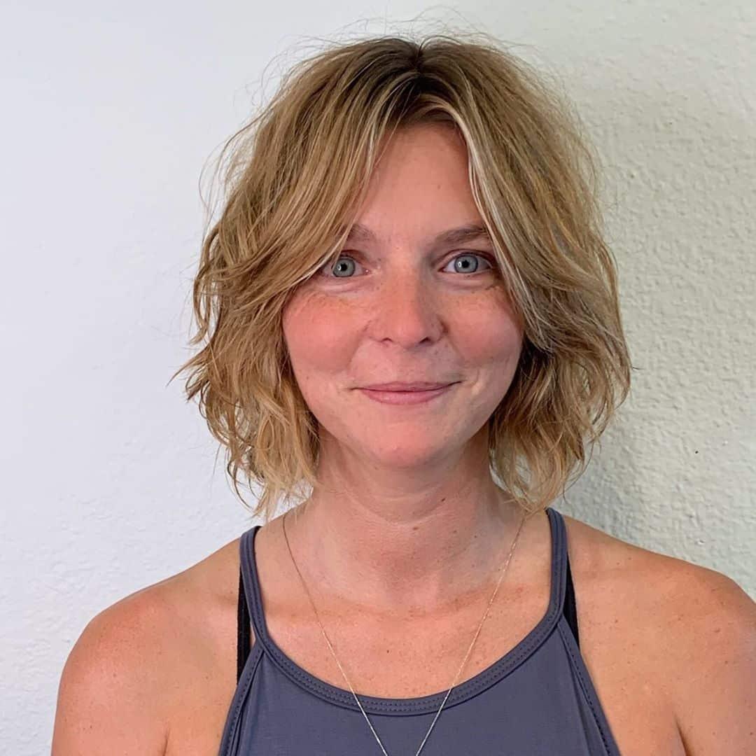 Peinado de cuello desordenado para mujeres mayores con rizos suaves