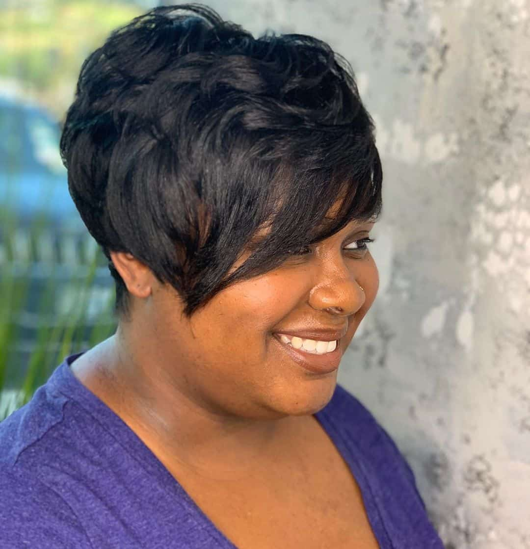 Pixie Bob para mujer afroamericana mayor de 50 años con cara redonda