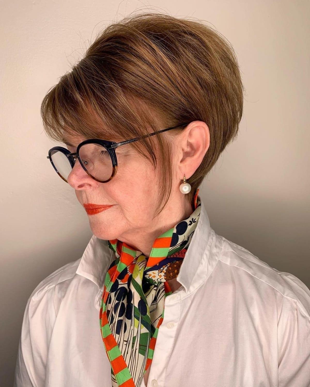 Corte de pelo Pixie Bob para mujeres con gafas.