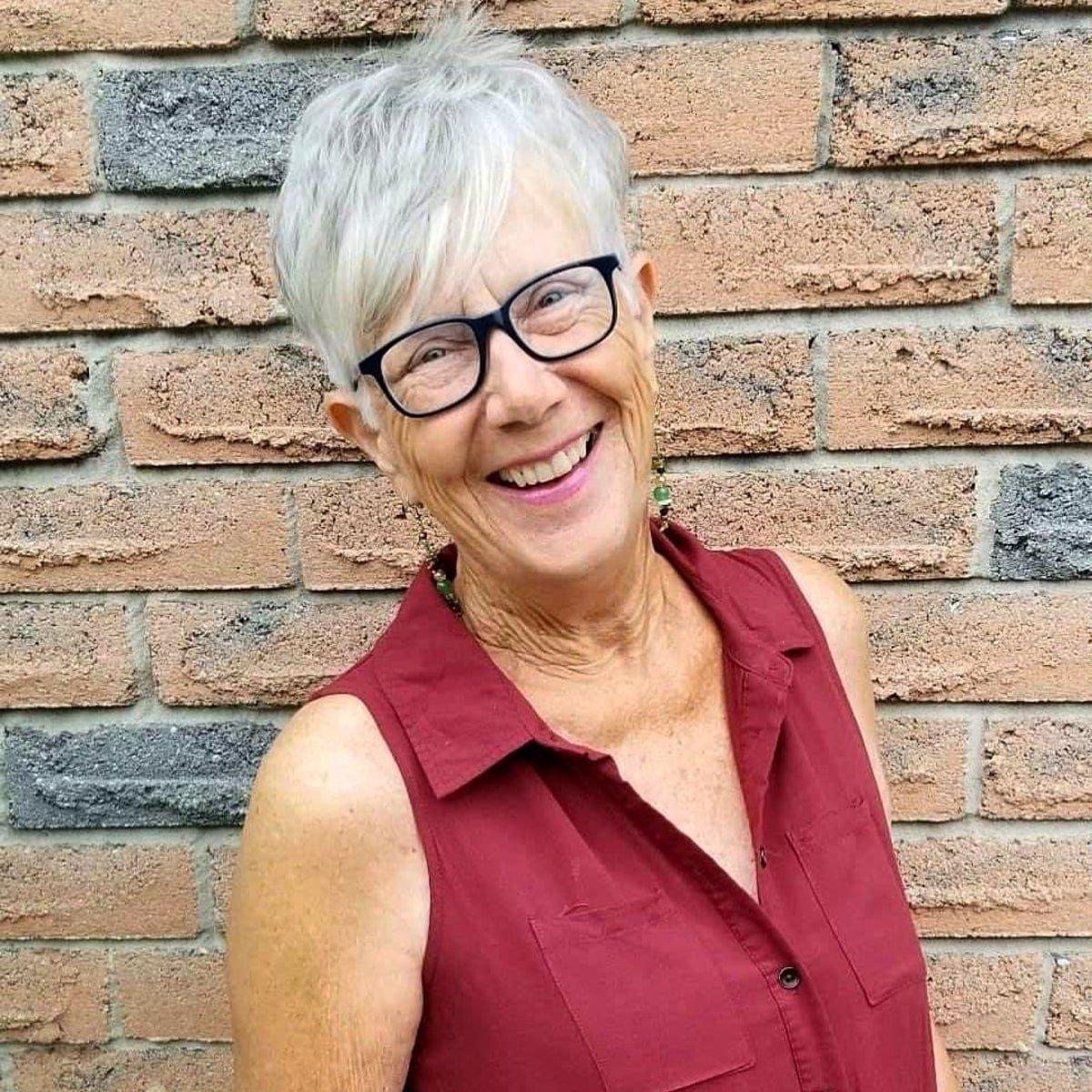 Corte Pixie para mujeres mayores de 60 años con gafas