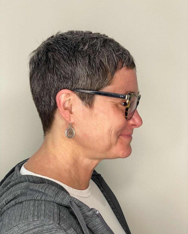Pixie corta a mujeres mayores de 50 años con gafas