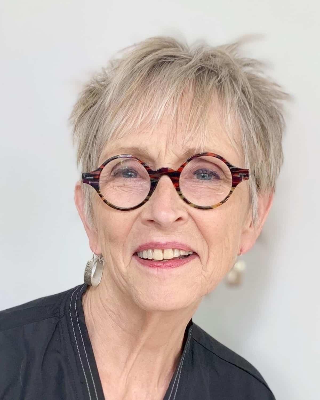 Pixie Hairstyle para mujeres mayores de 60 años con gafas