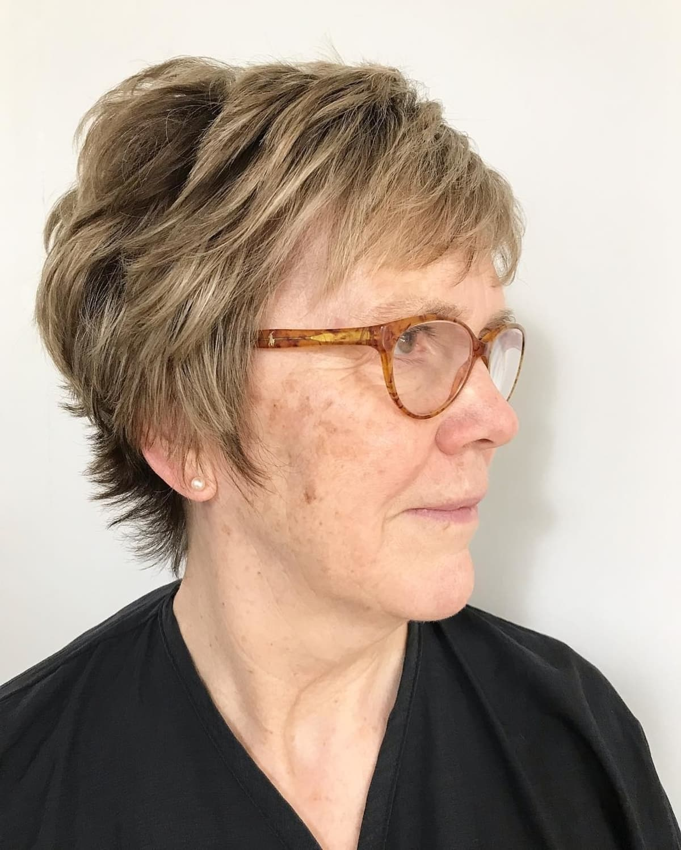 Pixie Hairstyle para mujeres mayores de 70 con gafas