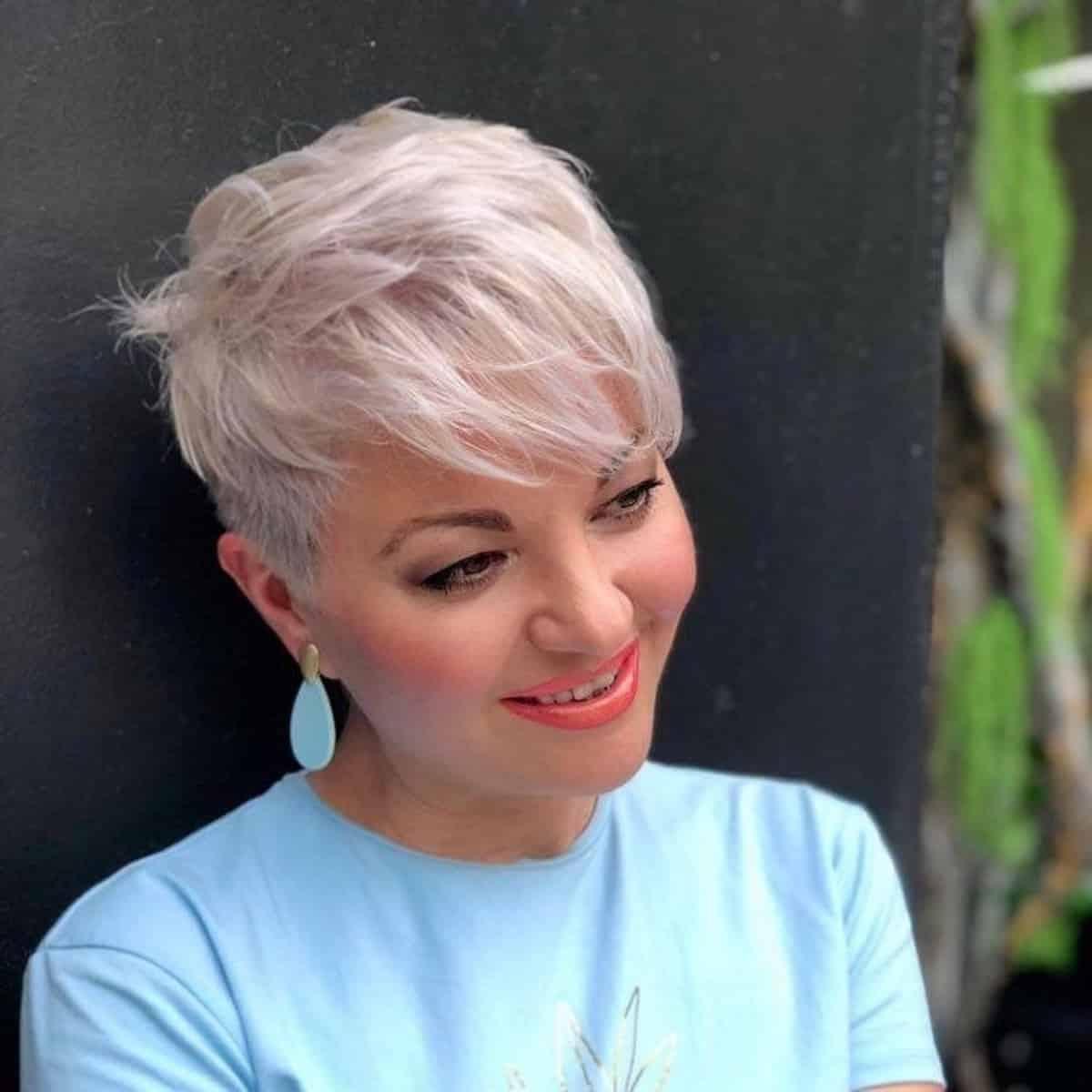 Pixie Undercut para mujeres con cabello plateado