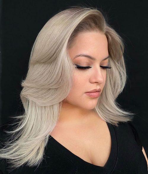 Rubia platino en el pelo hasta los hombros