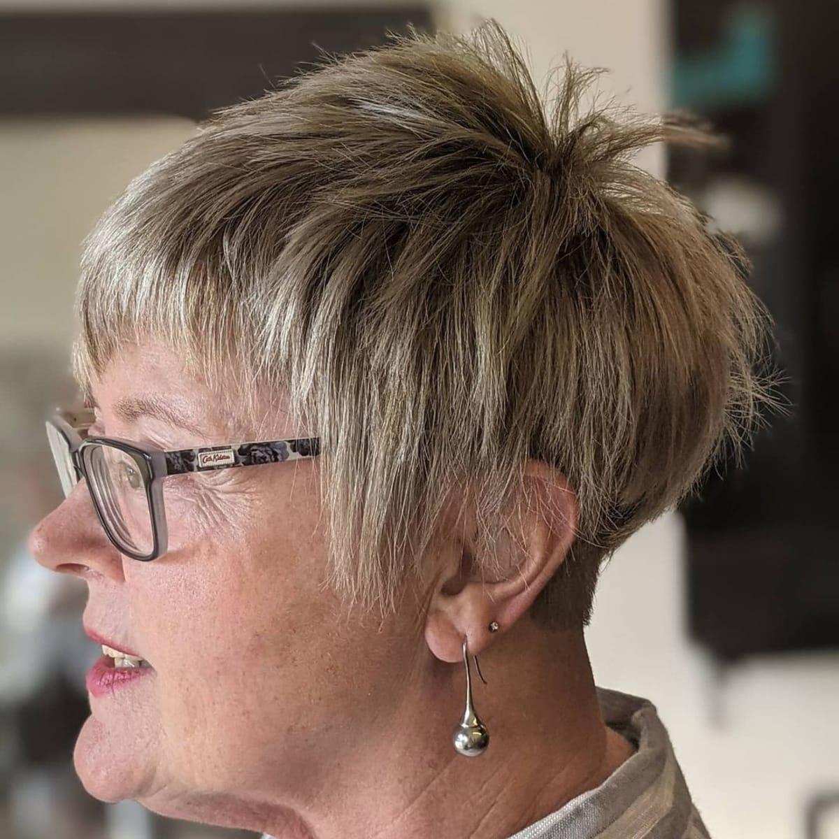 Shaggy pixie cut con gafas