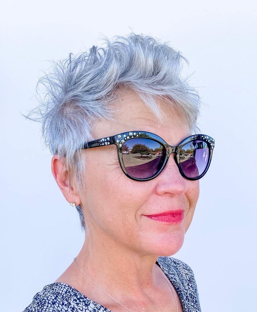 Corte shaggy pixie para mujeres de 50 a 60 años