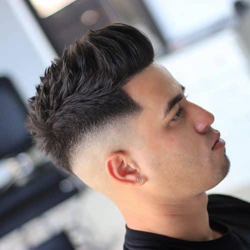 Peinado de quiff de lados afeitados para hombres