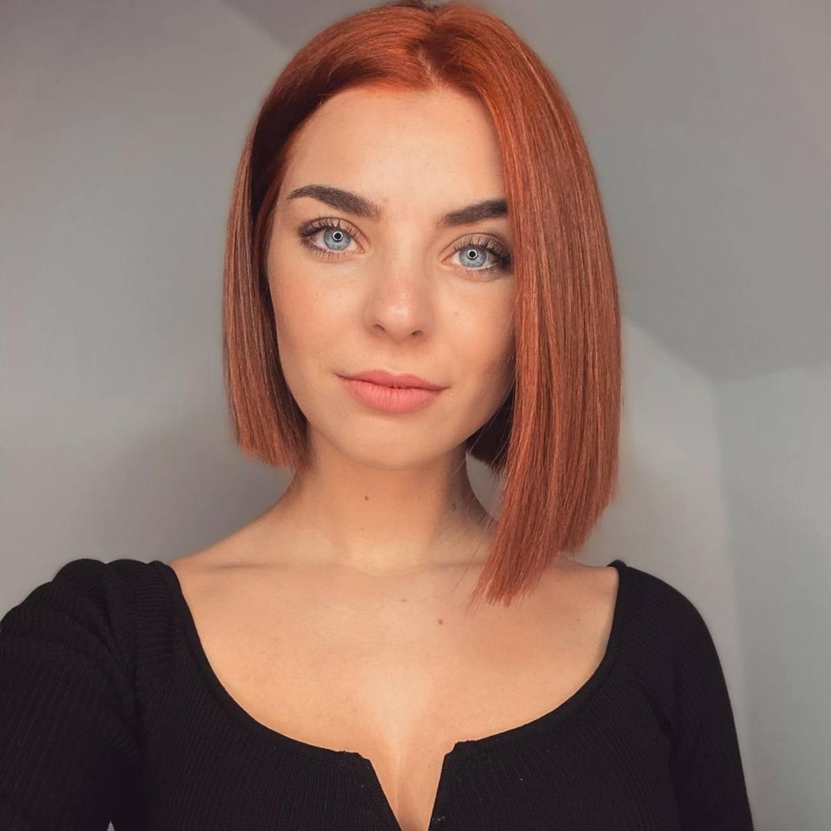 Corte de pelo corto asimétrico bob contundente para cabello lacio