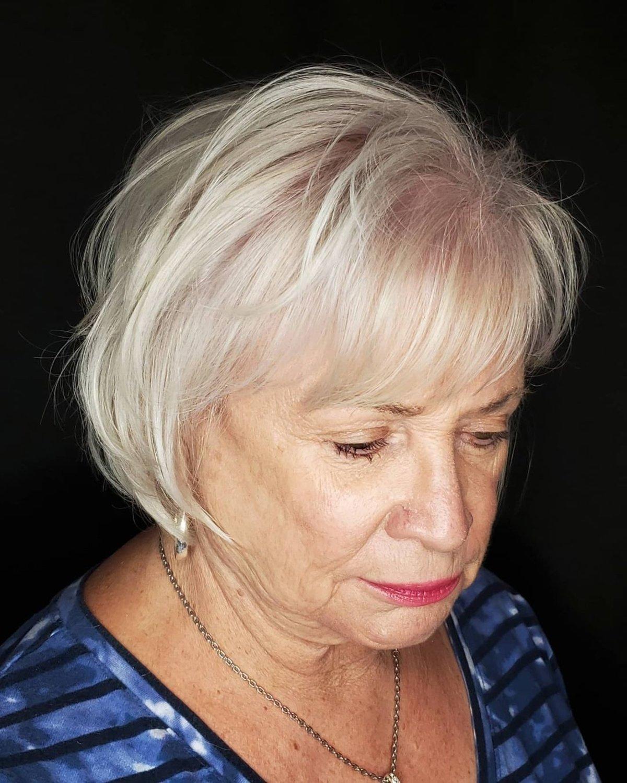 Bob corto con flequillo para mujeres mayores con cabello más delgado