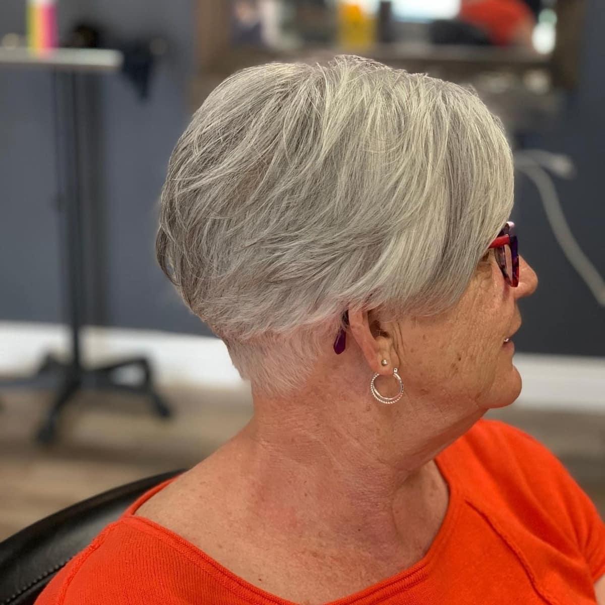 bob corto con capas para mujeres mayores de 60 años