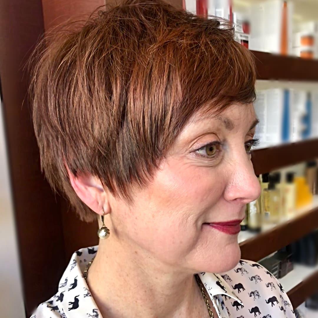 Cabello castaño corto para mujeres mayores de 50 años.