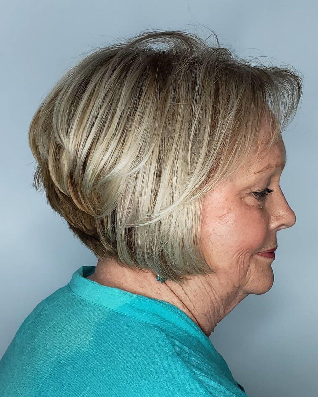 Bob corto y entrecortado para mujeres mayores con cabello más delgado