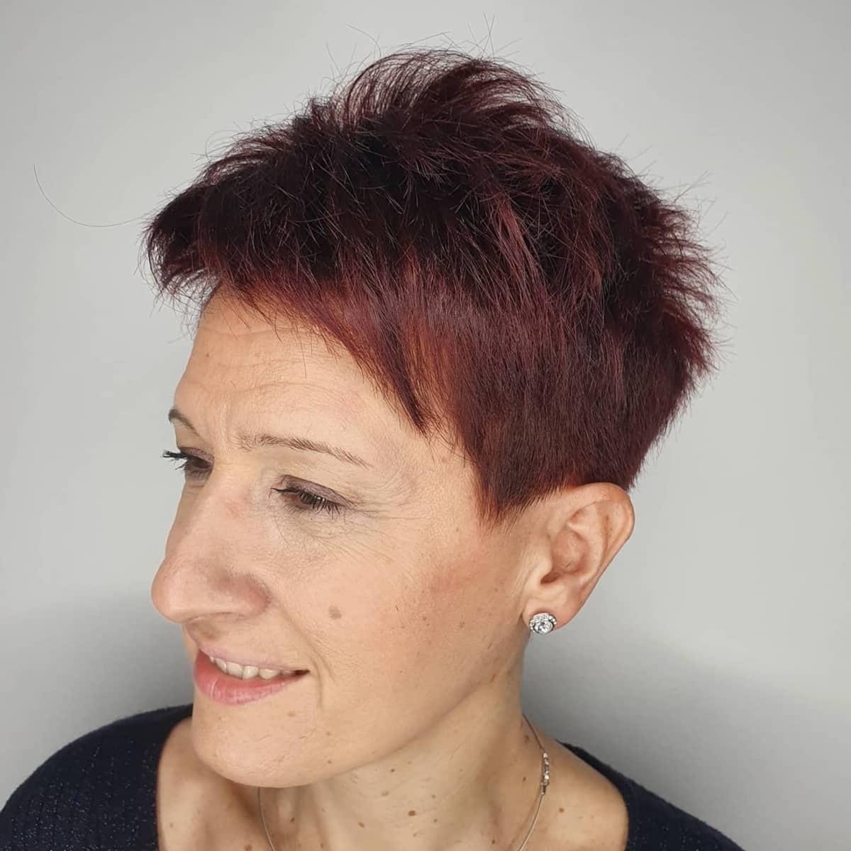 Corte de pelo corto entrecortado Pixie para personas mayores con cabello fino