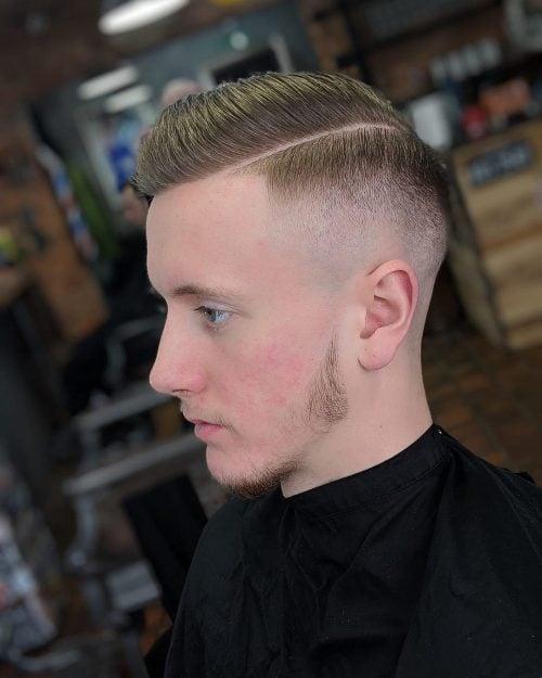 Peine corto sobre corte de pelo