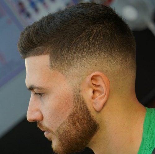Corte de cuello redondo de pelo corto de bajo desvanecimiento