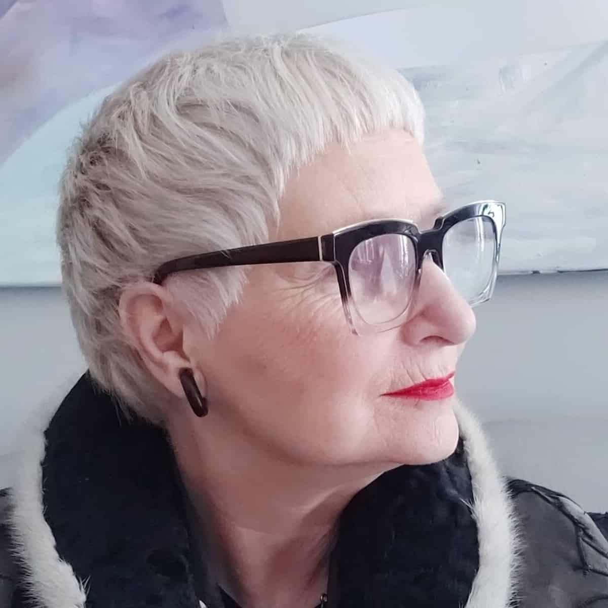 cultivo corto con flequillo para mayores de 60 años con caras redondas