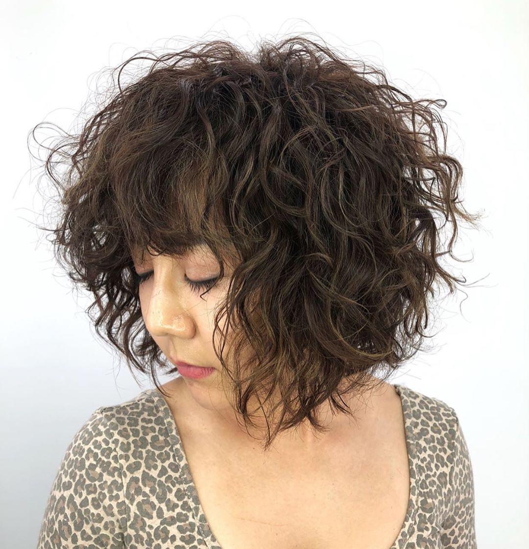 corte de pelo corto y rizado para niña asiática