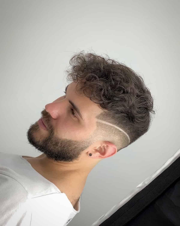 Top corto rizado y barba con forma