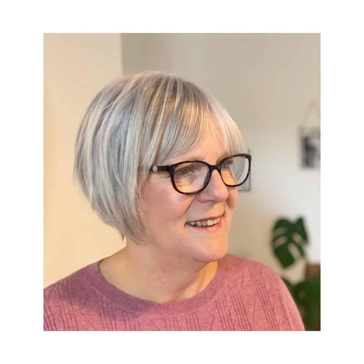 corte de pelo corto para cabello gris y anteojos