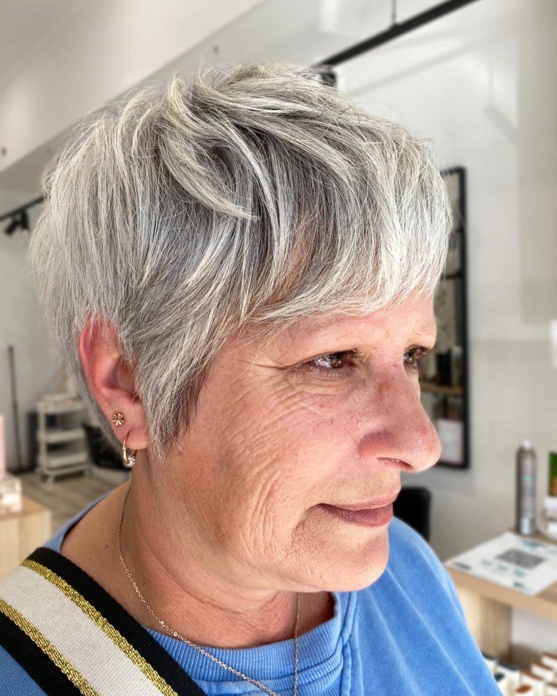 Corte de pelo corto para mujeres con canas y cabello fino.