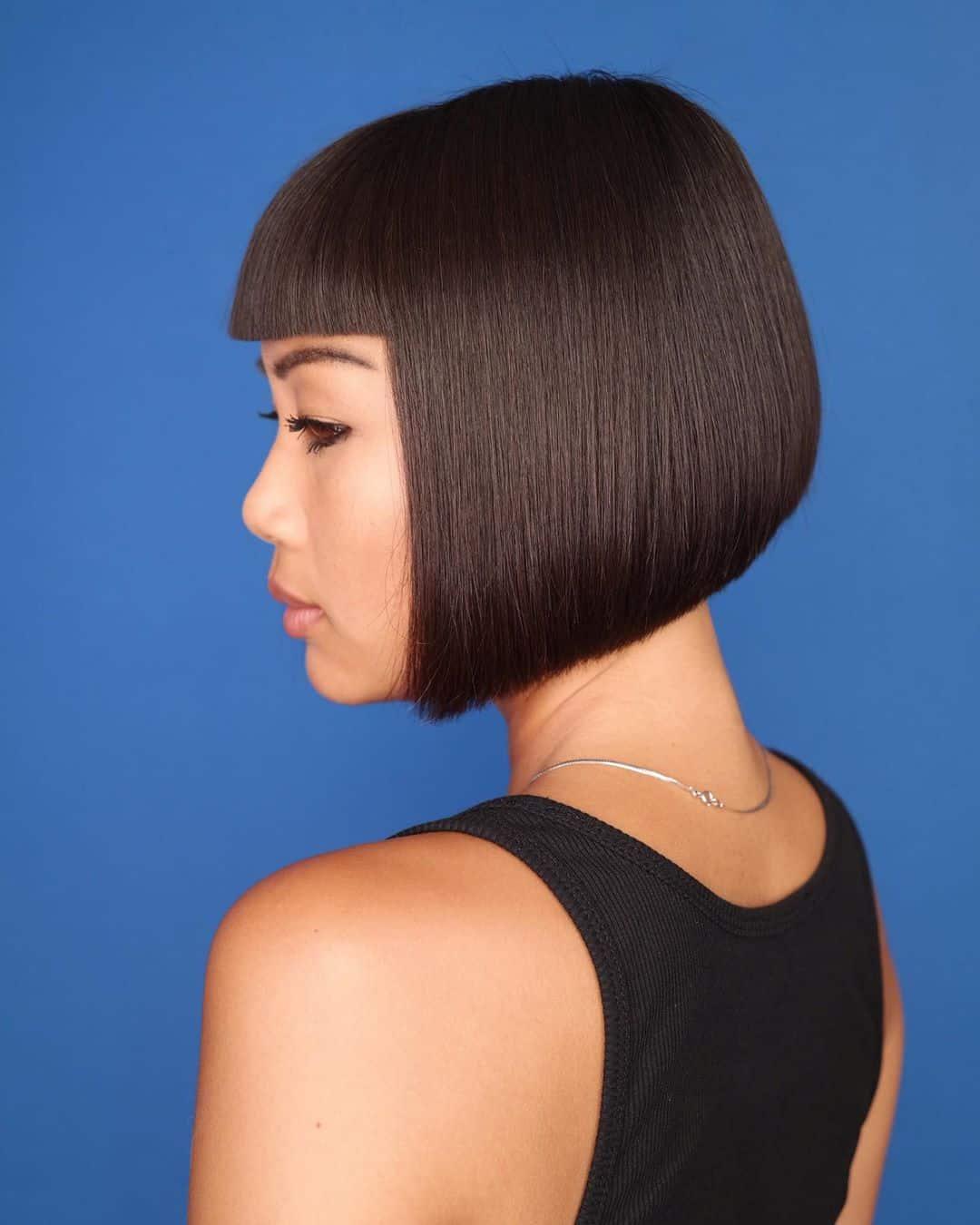 corte de pelo corto con flequillo contundente para chica asiática