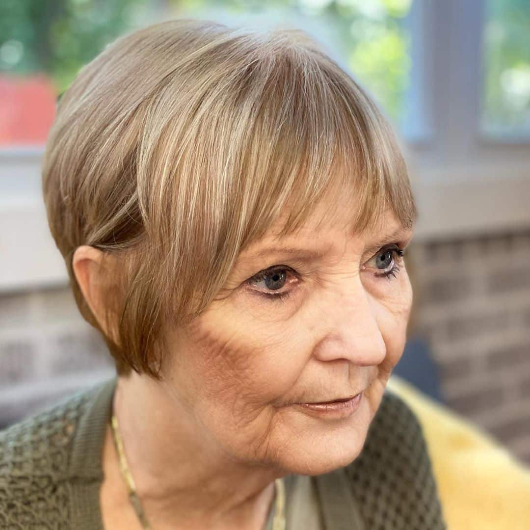 21 Best Short Haircuts For Women Over 60 To Look Younger