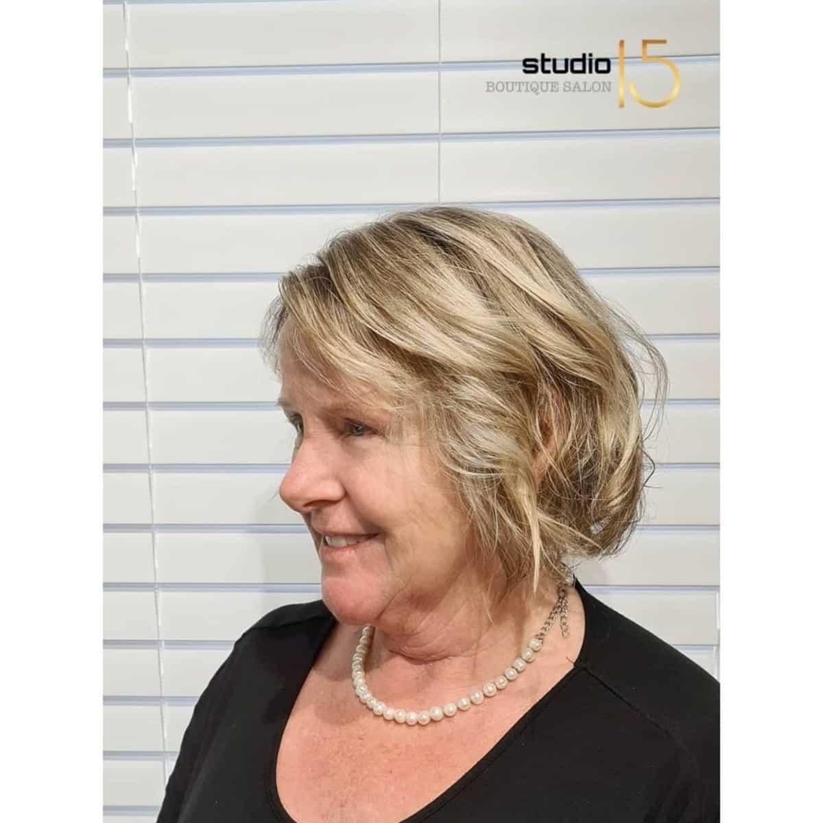 bob rubio corto invertido para mujeres mayores con cabello fino