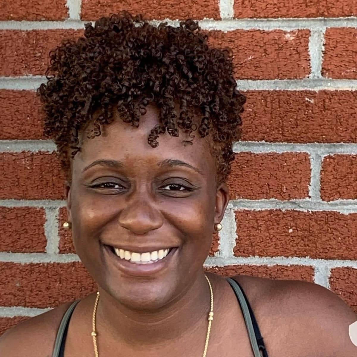 Peinado corto de torsión natural para mujer de 50 años.