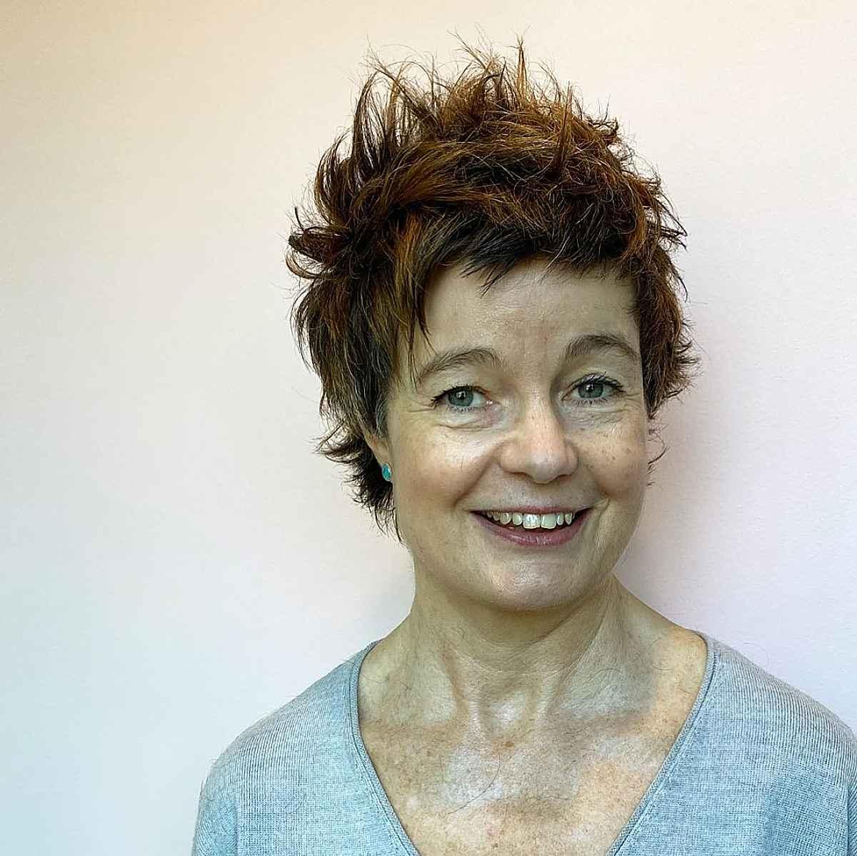 Peinado Pixie corto para mujeres de sesenta años