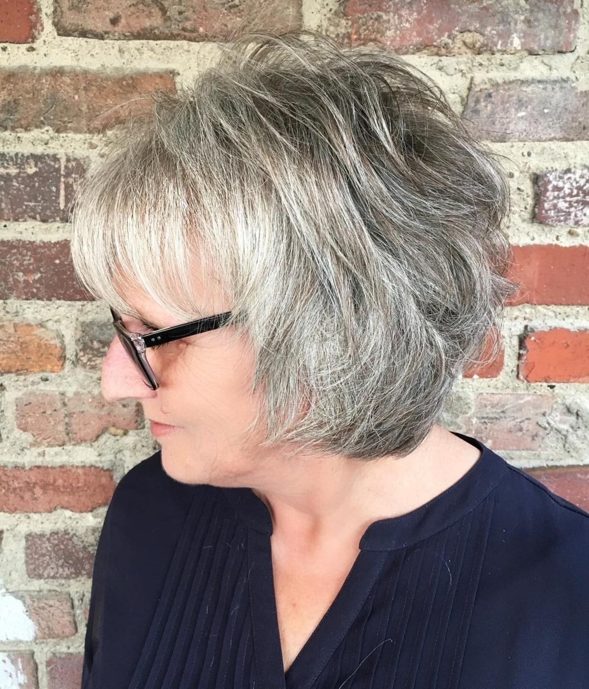 corte de pelo corto de pelo largo para más de 60 mujeres con gafas