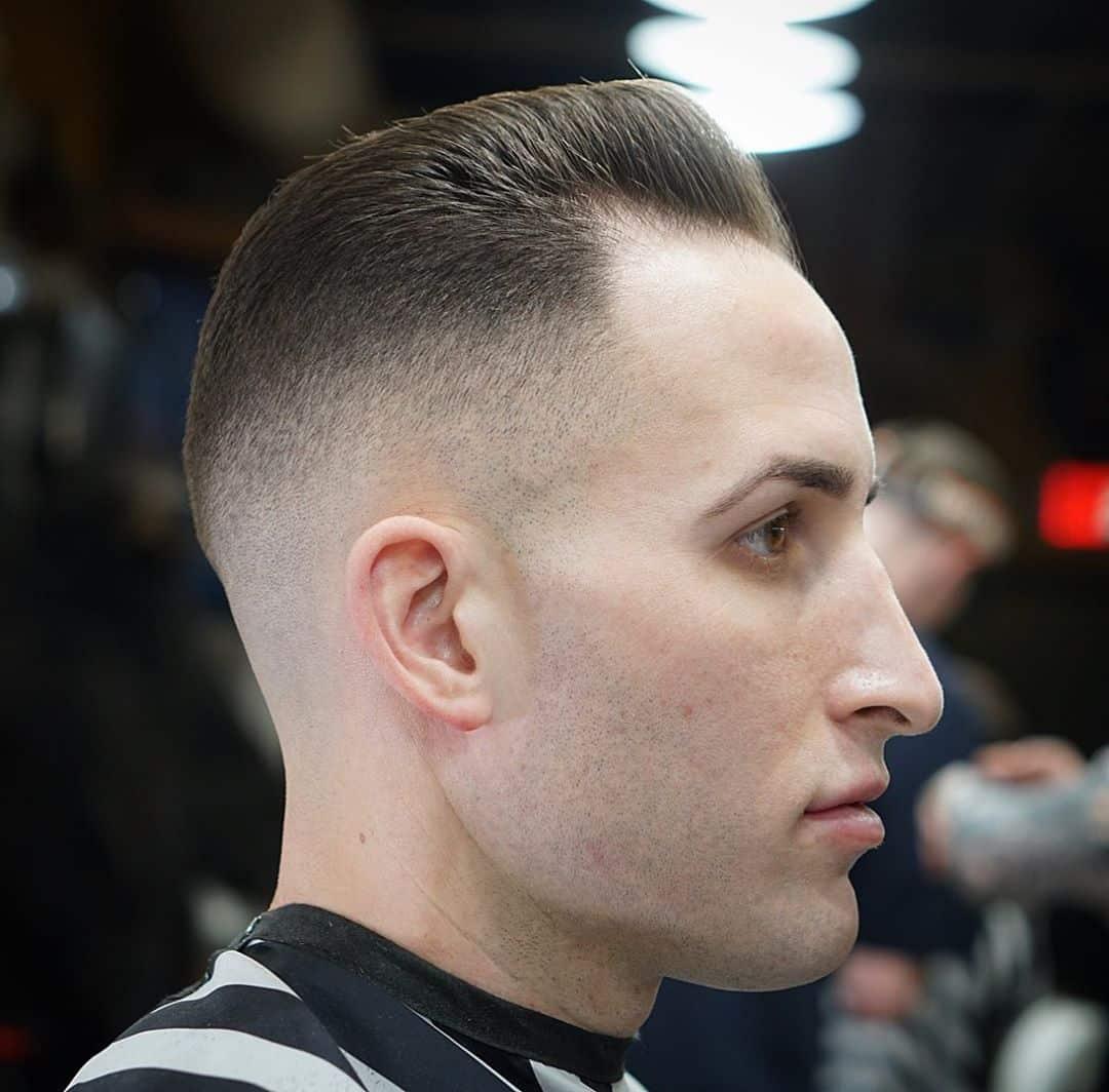 pelo corto peinado hacia atrás
