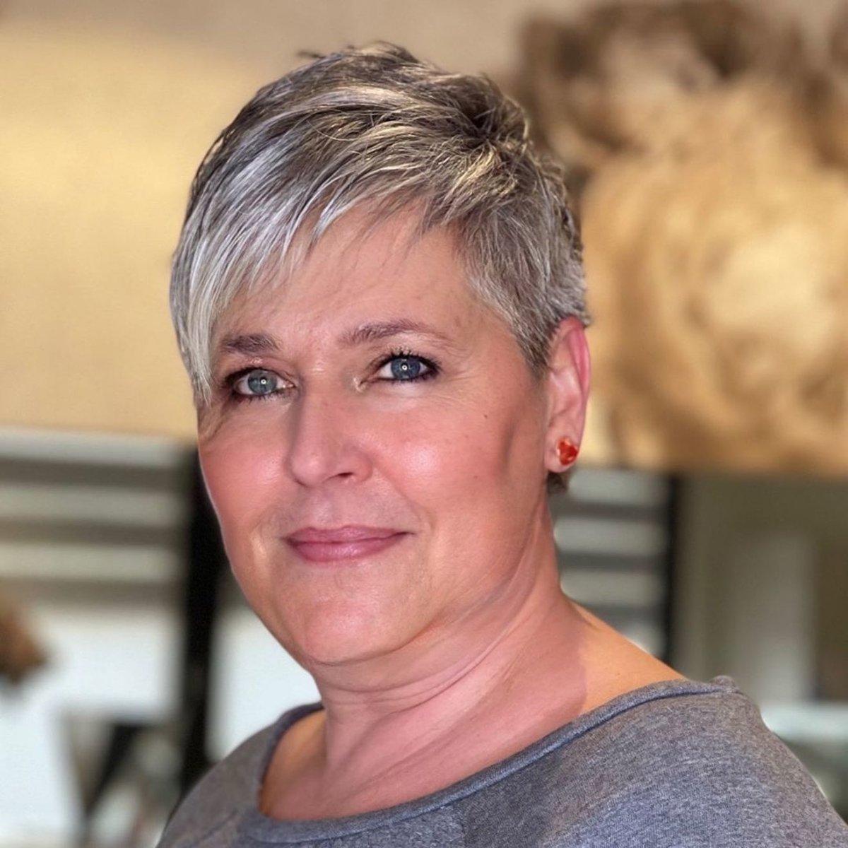 Corte de pelo corto y cónico para mujeres mayores de 50 años con cabello fino.