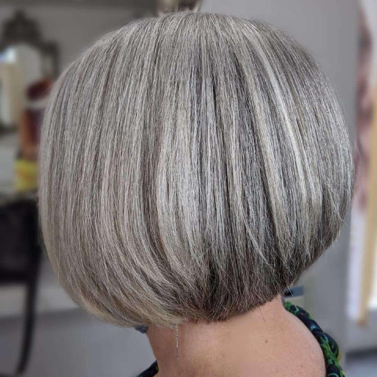 Corte de pelo corto con textura para cabello gris fino