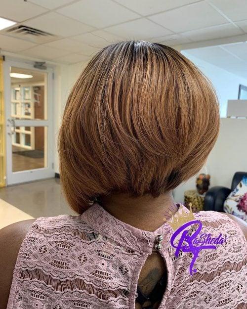 Peinado bob corto y grueso apilado para mujer negra