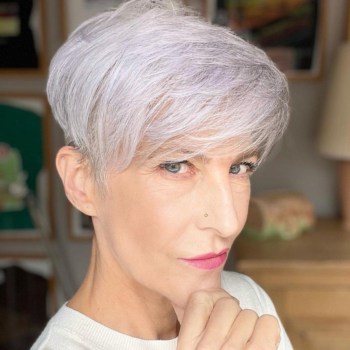 Duendecillo plateado con flequillo para mujeres mayores de 50 años con cabello fino