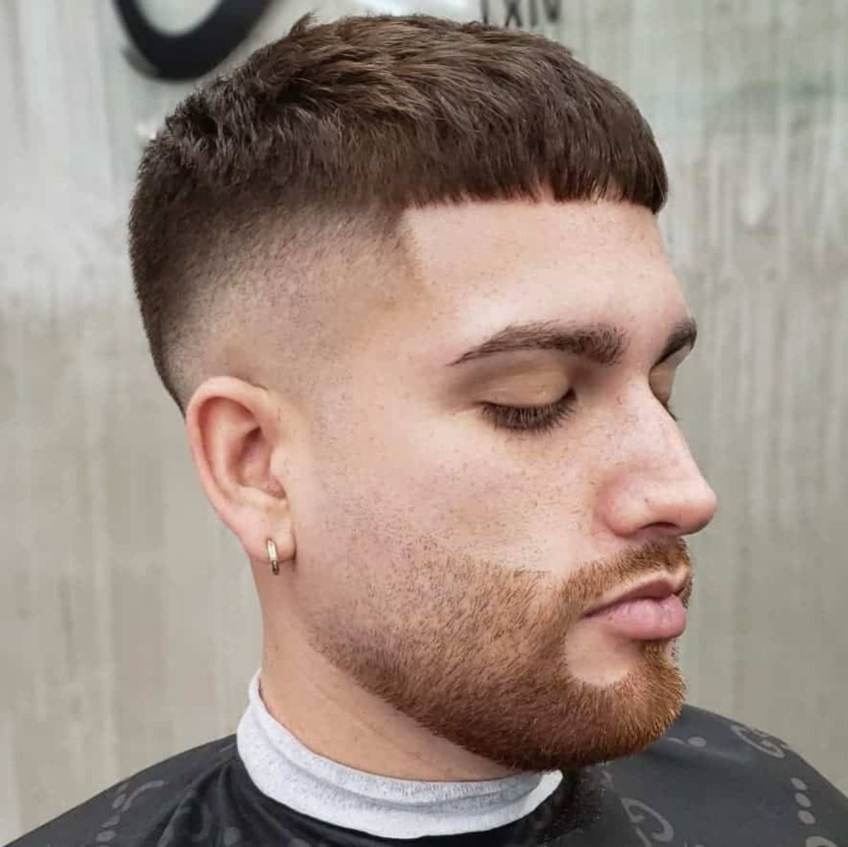 Decoloración de la piel con flequillo corto y decoloración de la barba
