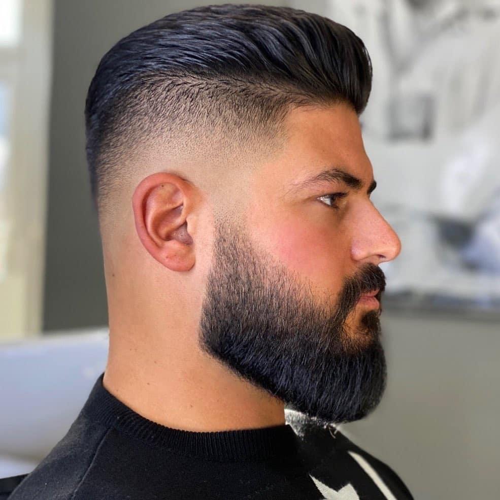 Cabello peinado hacia atrás con barba