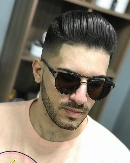 Cabello peinado hacia atrás con decoloración media