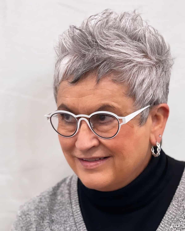 Duendecillo puntiagudo para mujeres mayores de 60 años con cabello grueso