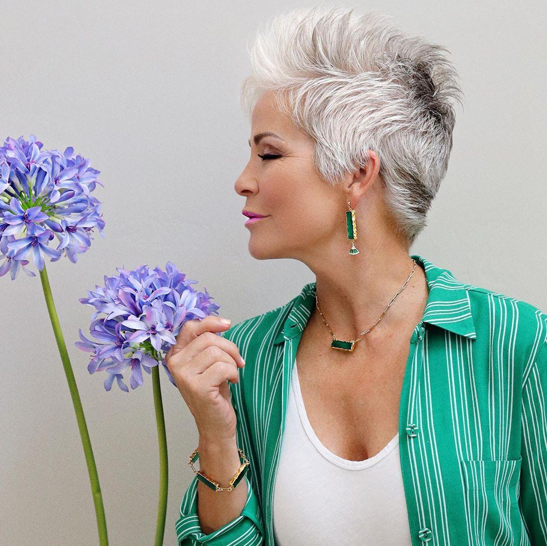 Corte de pelo puntiagudo Pixie para mujeres mayores