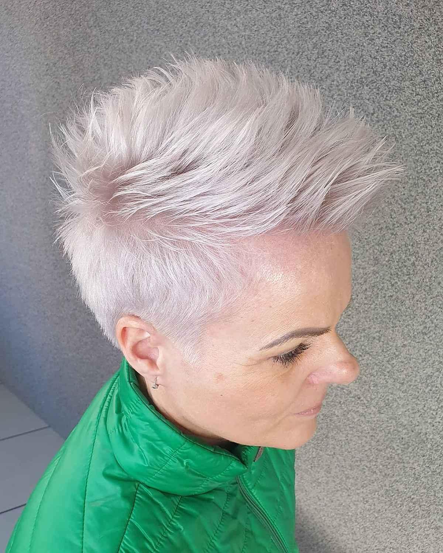 Corte de pelo corto pixie pixie para mujeres de sesenta años