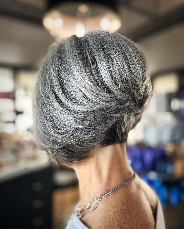 Peinado bob corto apilado para mujeres mayores