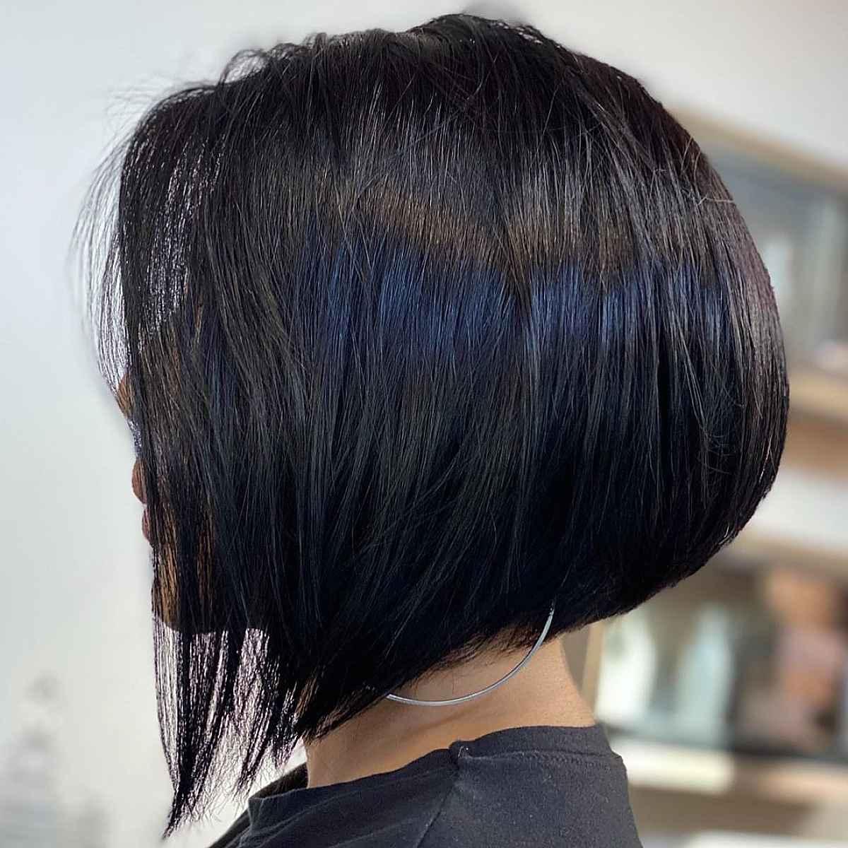 Bob apilado angular ideal para cabello grueso