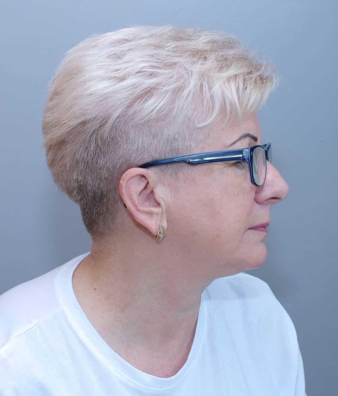 Pixie cónico para mujeres mayores con gafas