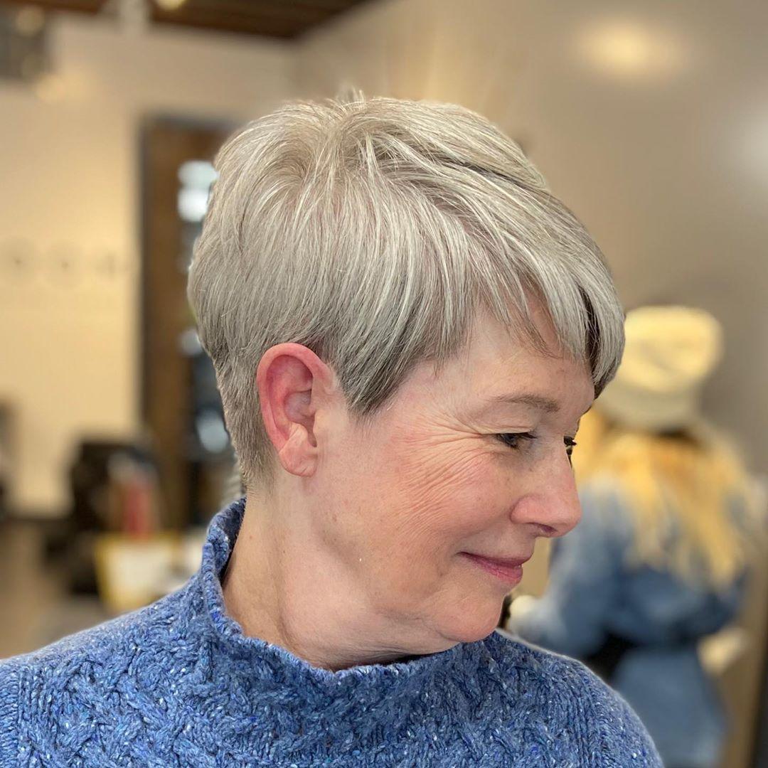 Pixie texturizado para mujer de 50 años con cara redonda