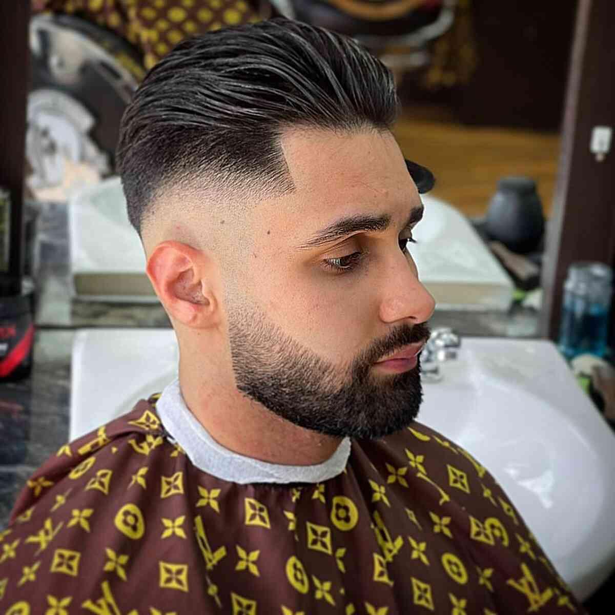 Cabello grueso y peinado hacia atrás